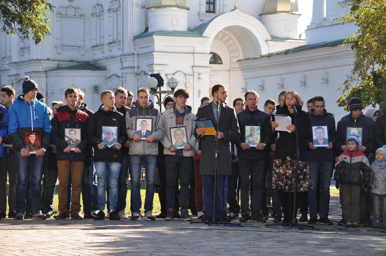 Студенти стоять з портретами загиблих воїнів. Усього на Сході загинуло 176 військових з Полтавської області. Їх портрети віднесуть до Свято-Успенського собору, де Владика Федір прочитає заупокійну молитву.