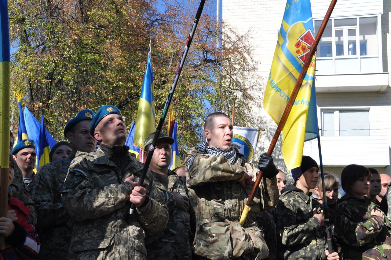 Військові під час виконання державного гімну.