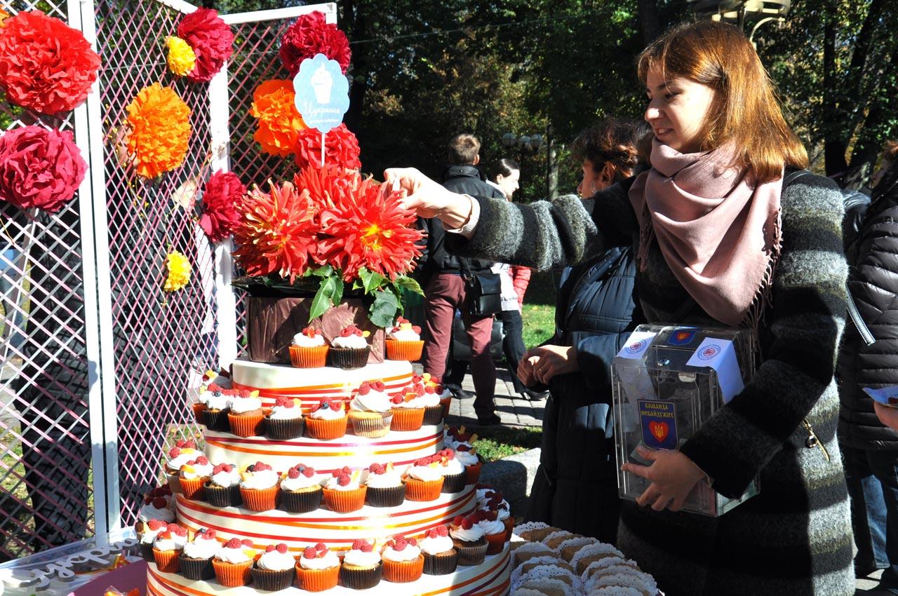 На ярмарку можна було смачно поїсти, а також придбати різні речі від майстрів.