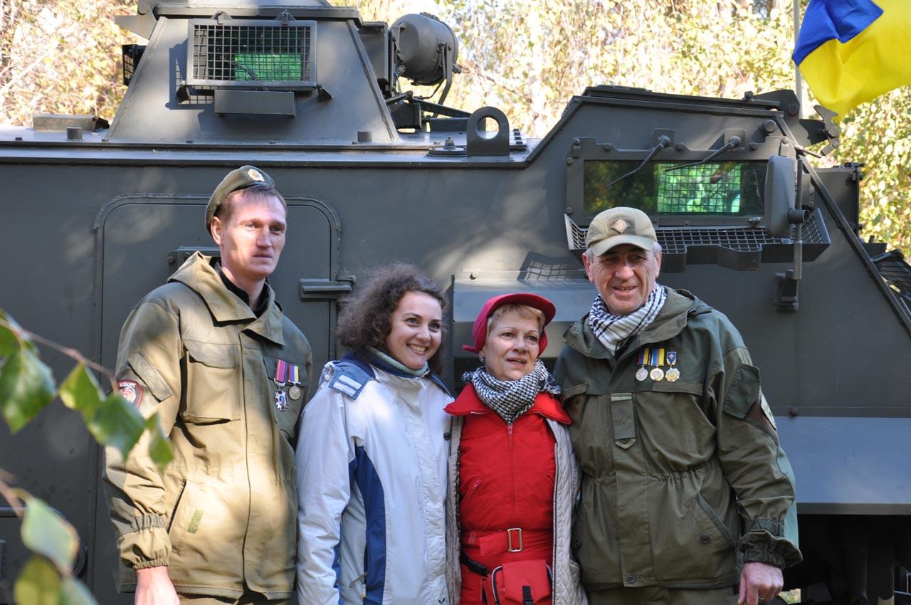 Родина фотографується з своїми захисниками.