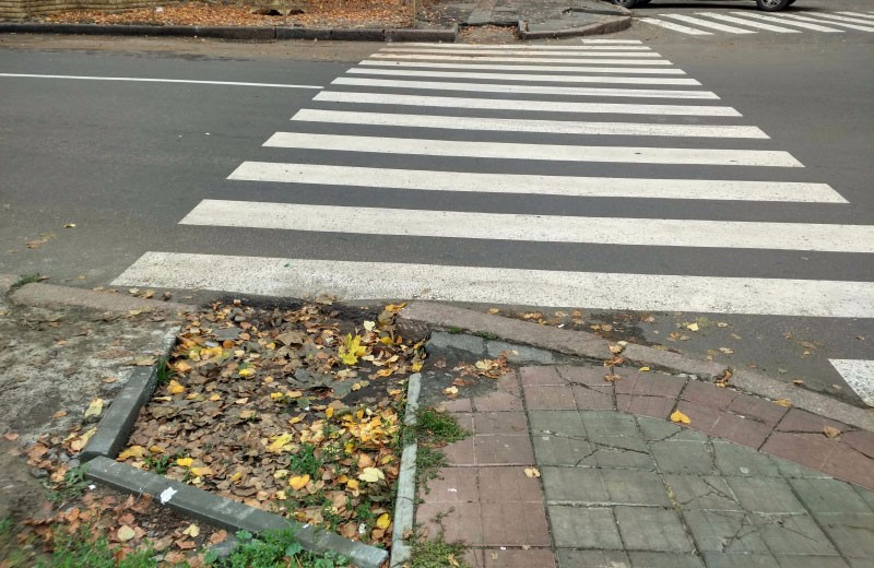 Недороблені пандуси біля перехрестя вулиці Міщенка та Першотравневого проспекту