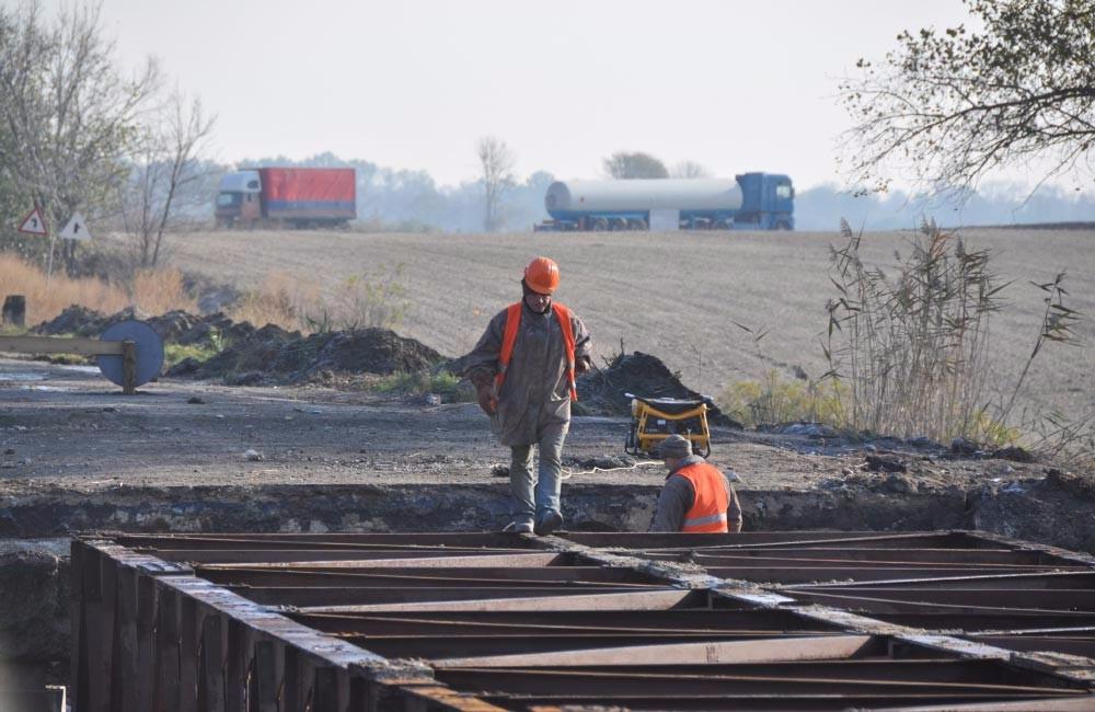 Триває капітальний ремонт мосту через річку Оленівку. Транспорт їде в об'їзд через Вишневе (колишнє Свердловське)
