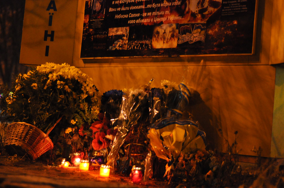 Біля стели Героям Майдану поклали квіти і лампадки.