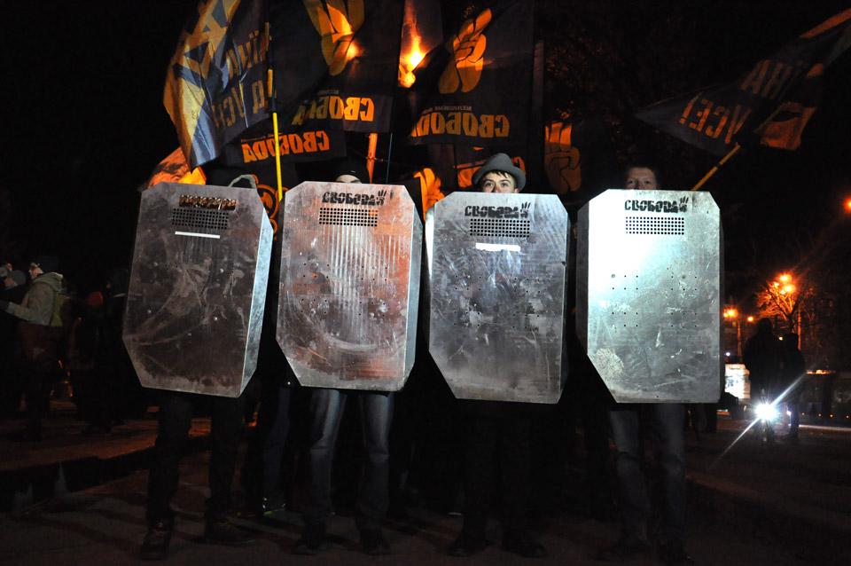 Колона зібралася. Попереду члени молодіжної організації«Сокіл» з шитами.