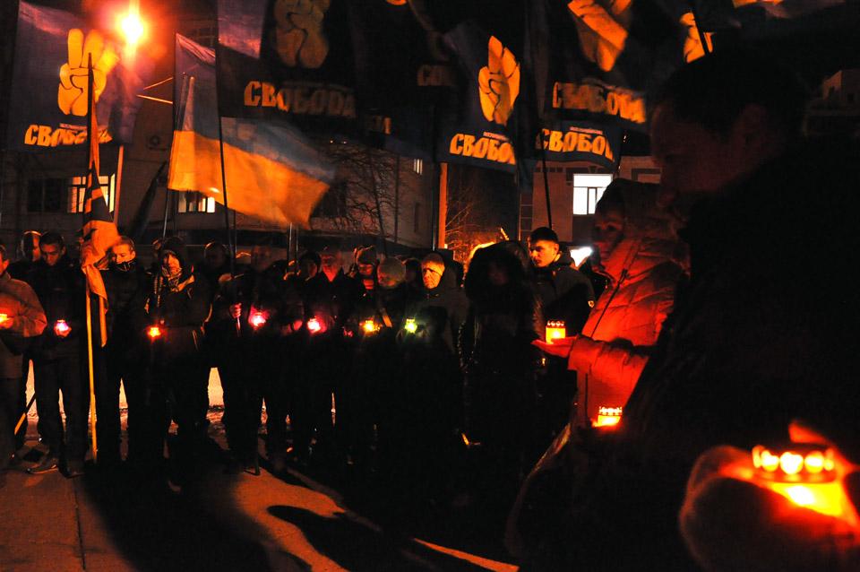 Біля графіті меморіалу Небесної сотні запалили лампадки в пам'ять тих, хто загинув під час Революції Гідності.