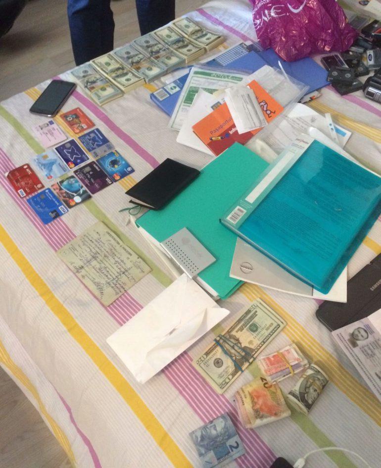 Вилучені банківські картки та документи