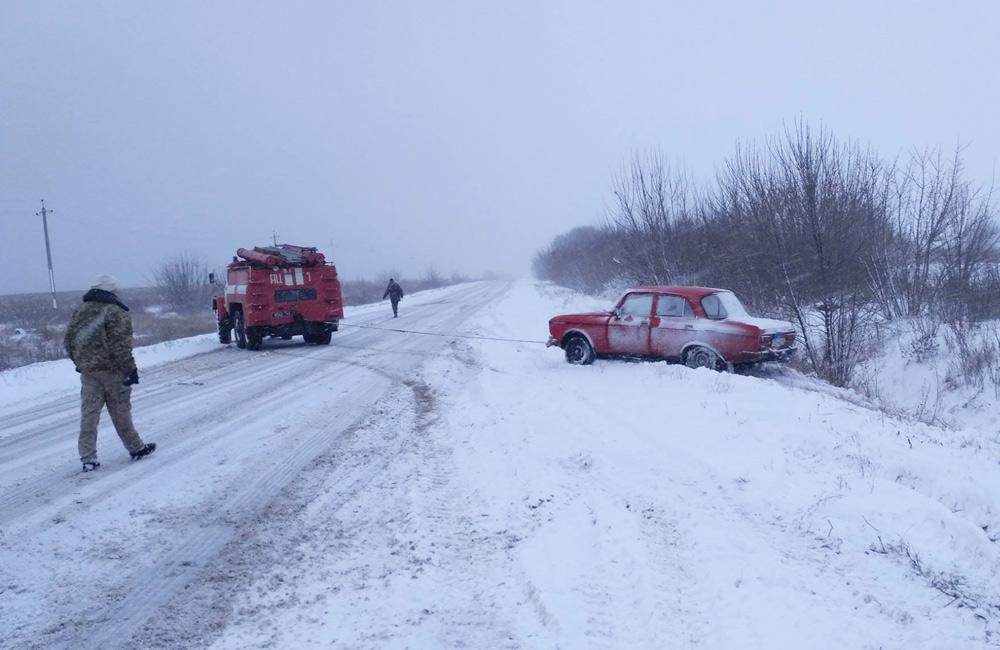 Рятувальники допомагають витягувати автівки із заметів