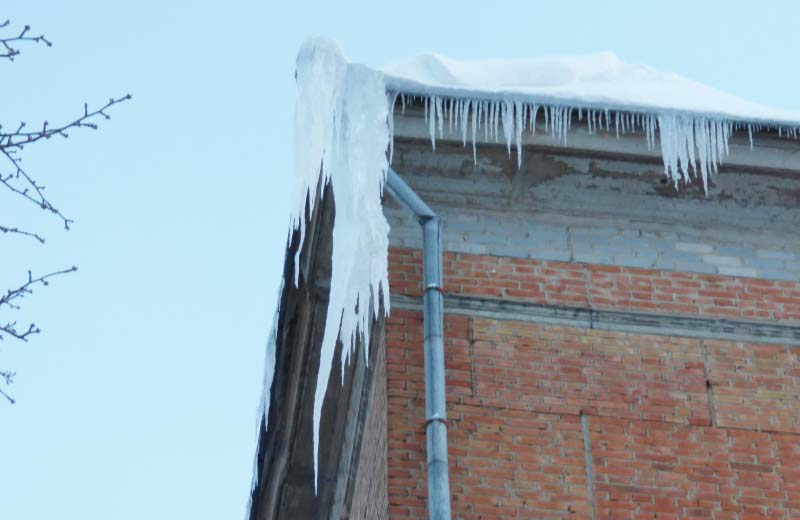 Льодова глиба на даху 5-ї школи