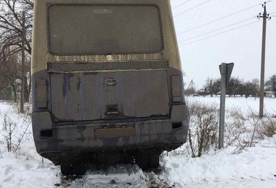 ВПолтавской области автобус столкнулся с фургоном ивылетел вкювет