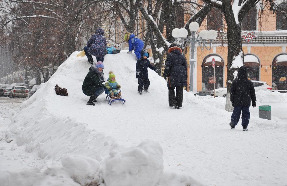 Дитяча гірка на вулиці Соборності