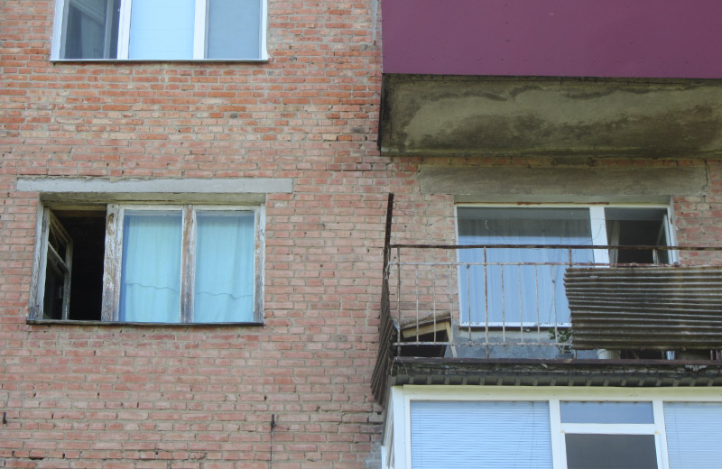 Вікна притону на 4 поверсі будинку на вул. Ватутіна, 3