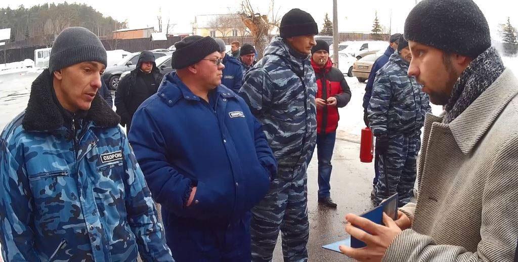 Юліан Матвійчук спілкується з охоронцями  СПА-комплексу «Верхоли»