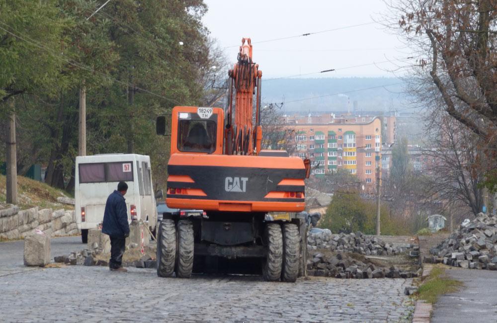 Працівники «УМБ № 23» перекладають кам'янку на вул. Небесної Сотні