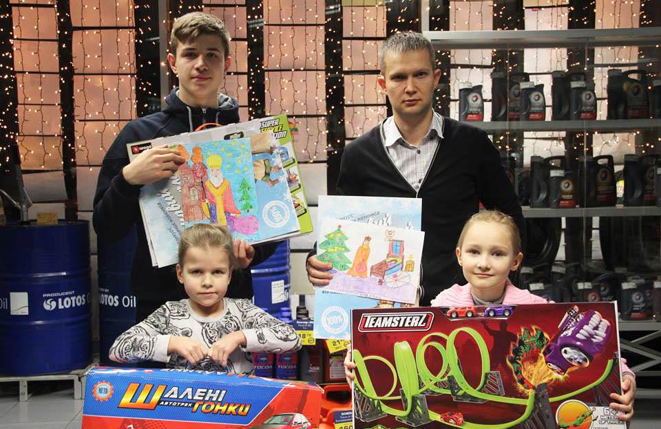 Переможці та їхні родичі з подарунками