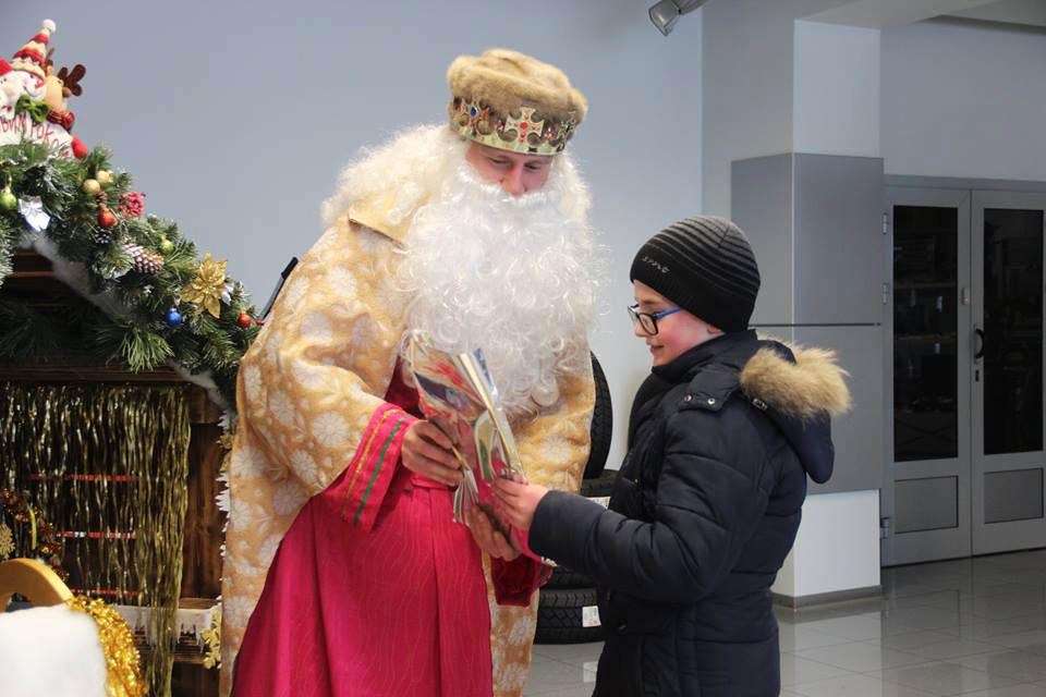 Святий Миколай вручає подарунки одному з маленьких художників
