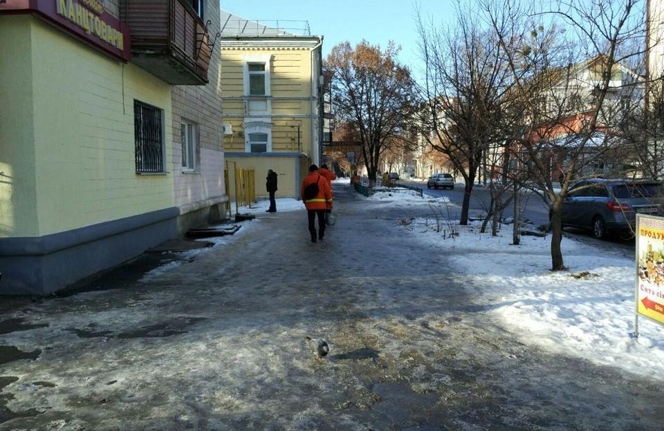 Комунальники посипають піском тротуар на вулиці Пушкіна