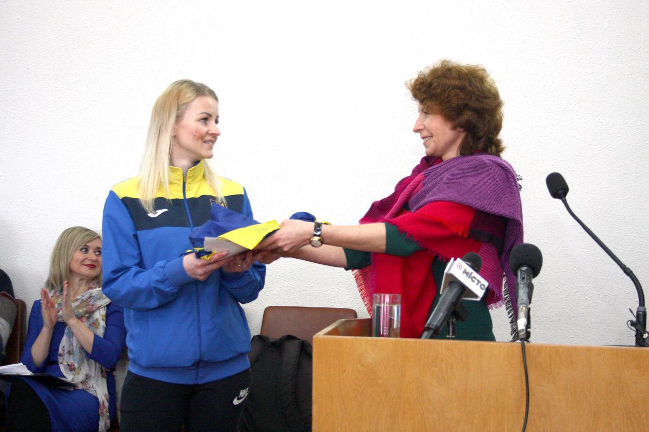 Галина Бойко передає естафету від Паралімпійської збірної спортсменам-дефлімпійцям