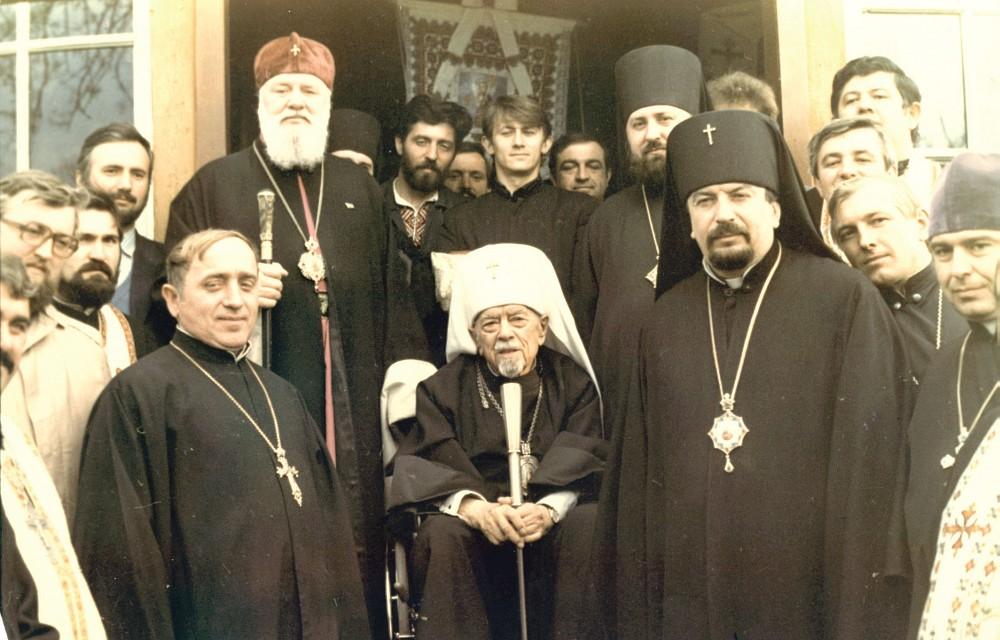 Патріарх Мстислав (посередині) із духовенством (джерело — huculia.info)