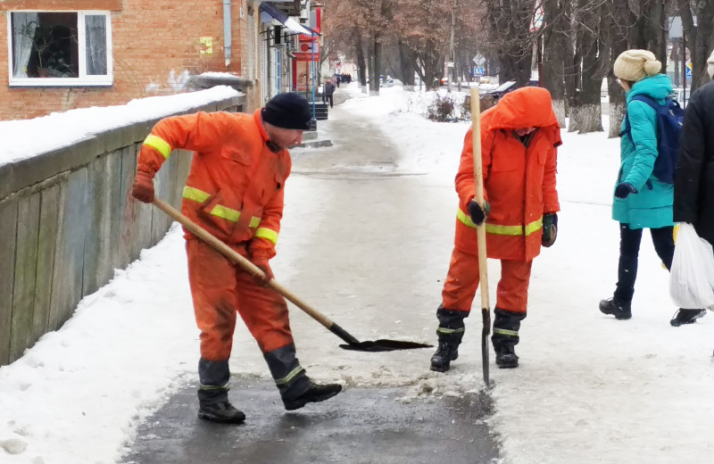 Працівники «УМБ № 23» прибирають вулицю Лідова