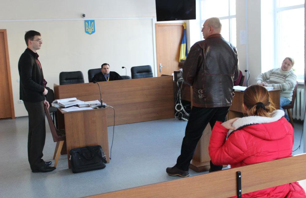 Праворуч — Підприємець Геннадій Остапенко, Алла Шара та її адвокат