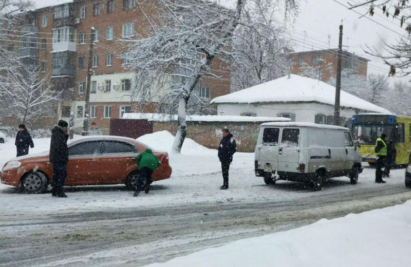 Chevrolet Aveo та фургон Fiat після зіткнення біля зупинки «Оптика»