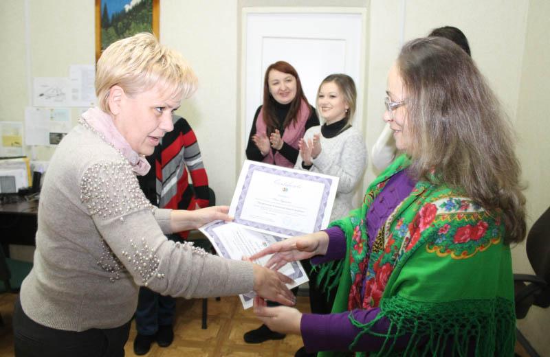 Ольга Олексієнко вручила сертифікат Олені Кіянчук