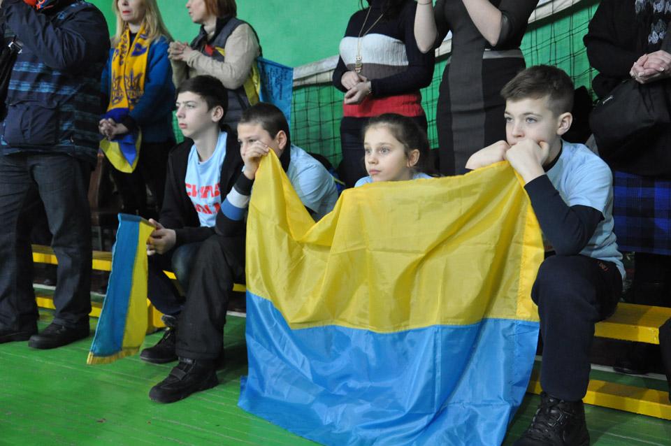 Маленькі глядачі приголомшені видовищем, невипускають зрук державний прапор.