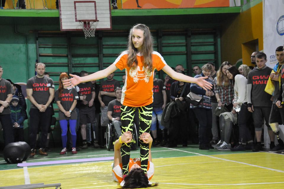 Уперерві між виступами свою вправність демонструють дівчатка-гімнастки зРешетилівського району.
