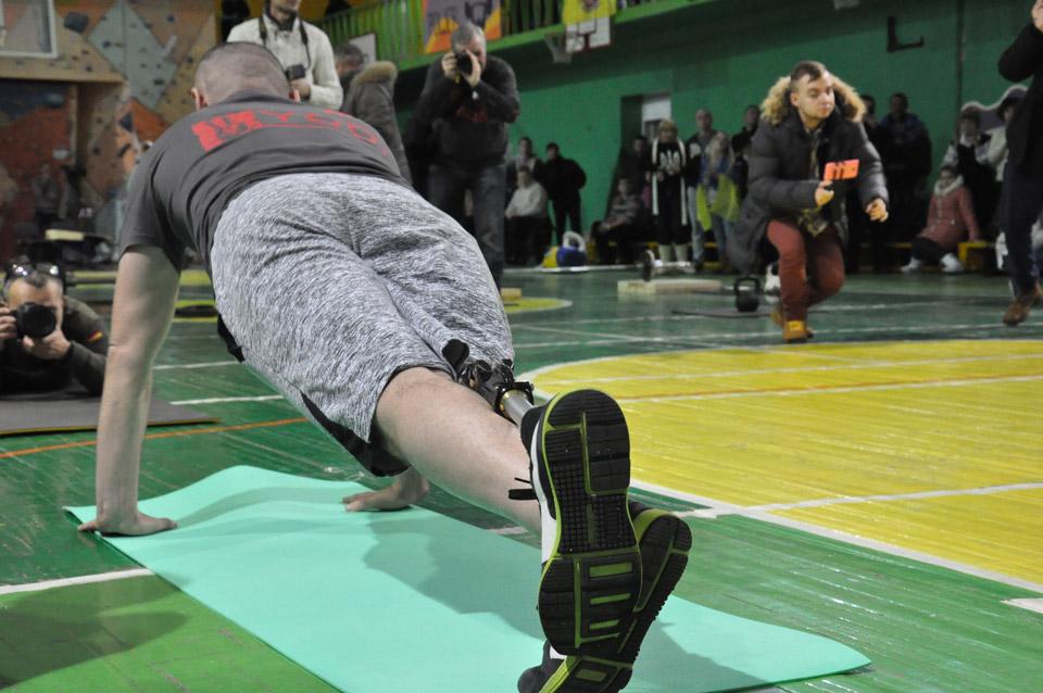 Агерої-спортсмени продовжували доводити, щовжитті завжди можна бути активним. Приміром протез ноги незаважає віджиматися...