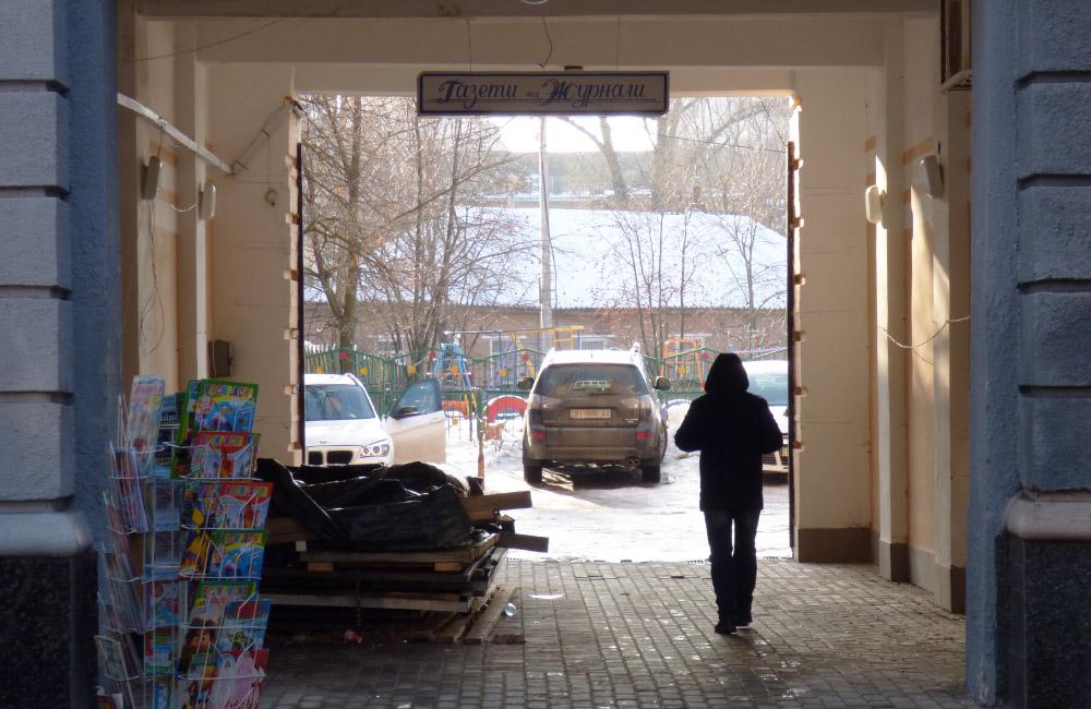 Спірна арка у будинку на вул. Соборності, 27