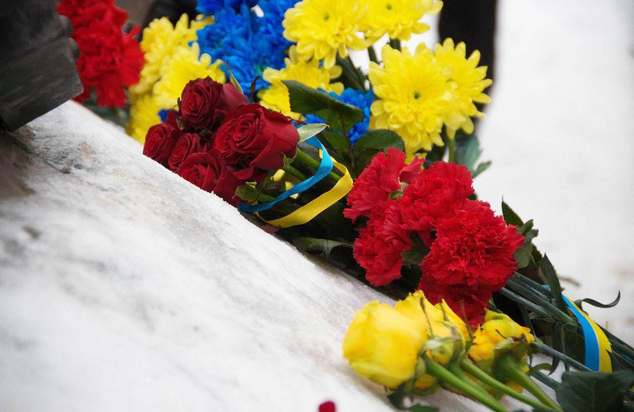 Квіти до Народного меморіалу Героям Небесної Сотні