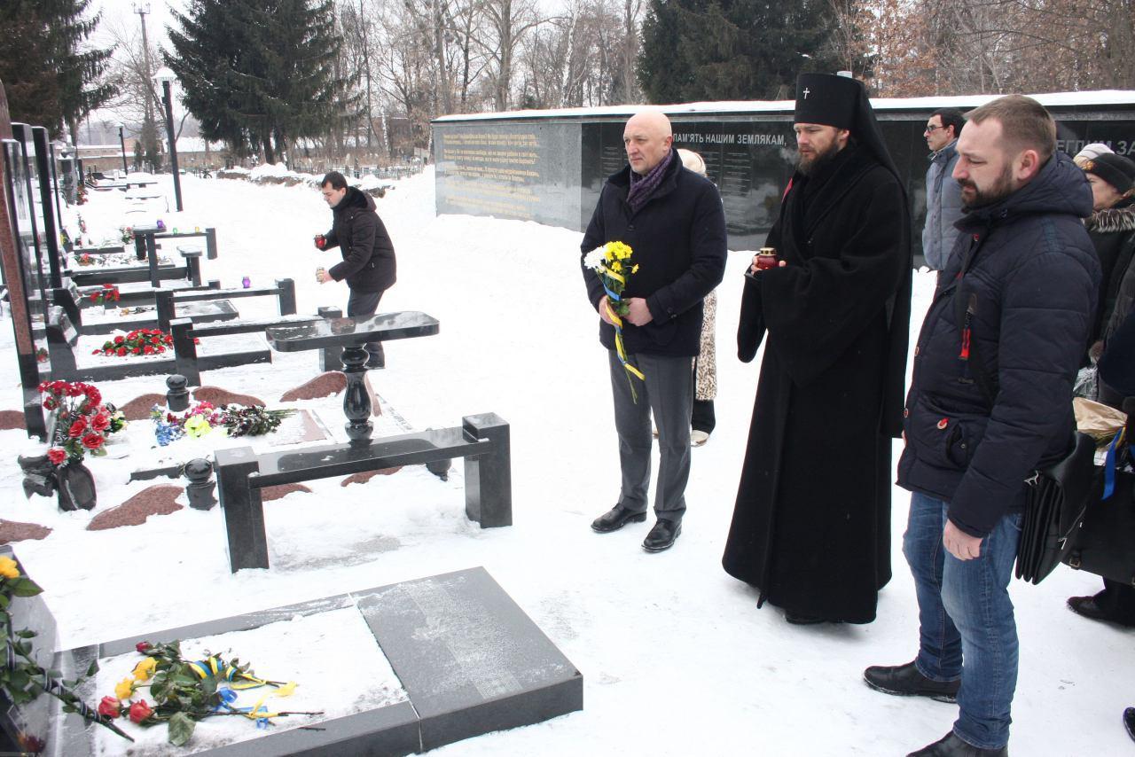 Квіти покладали на кожну могилу разом із родичами загиблих бійців АТО.