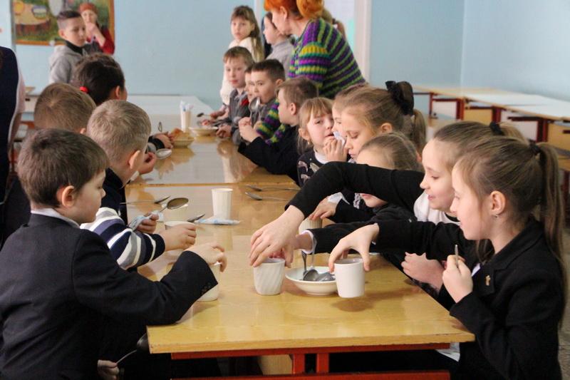 Діти у їдальні
