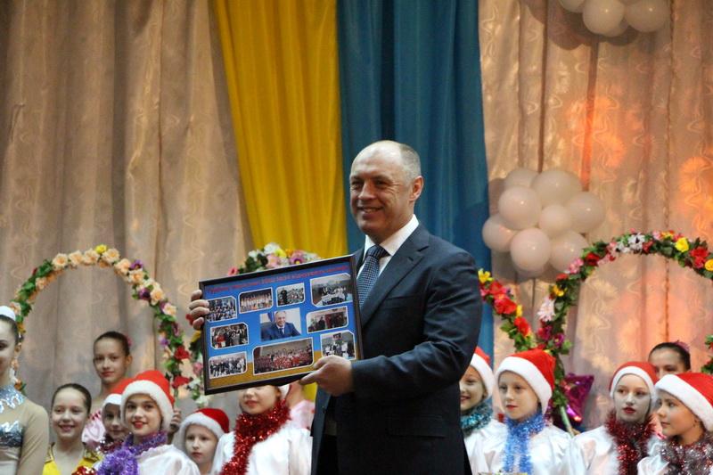 Олександр Мамай вручає сертифікат на поїздку до Харкова