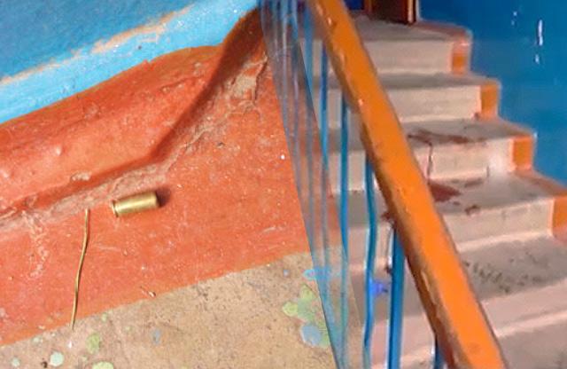 Сходи першого під'їзду будинку на вул. Гожулівській, 6 після стрілянини