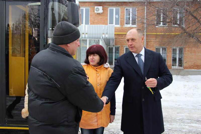 Олександр Мамай вручає ключі від нових тролейбусів