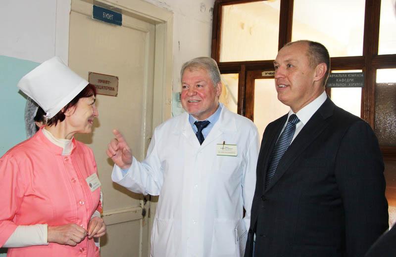 Міський голова Олександр Мамай оглядає приміщення 3-ї міської клінічної лікарні