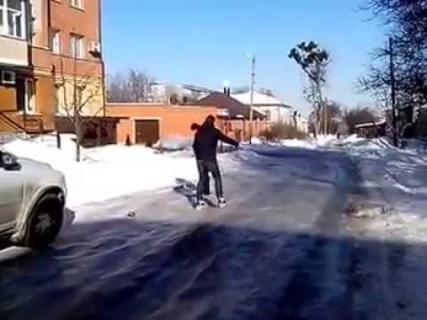 Полтава 9 лютого 2017 року чоловік катається на ковзанах по дорозі