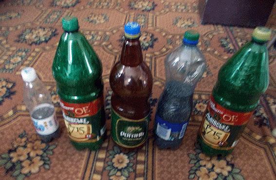 Пляшки з порохом, які були вилучені під час обшуку