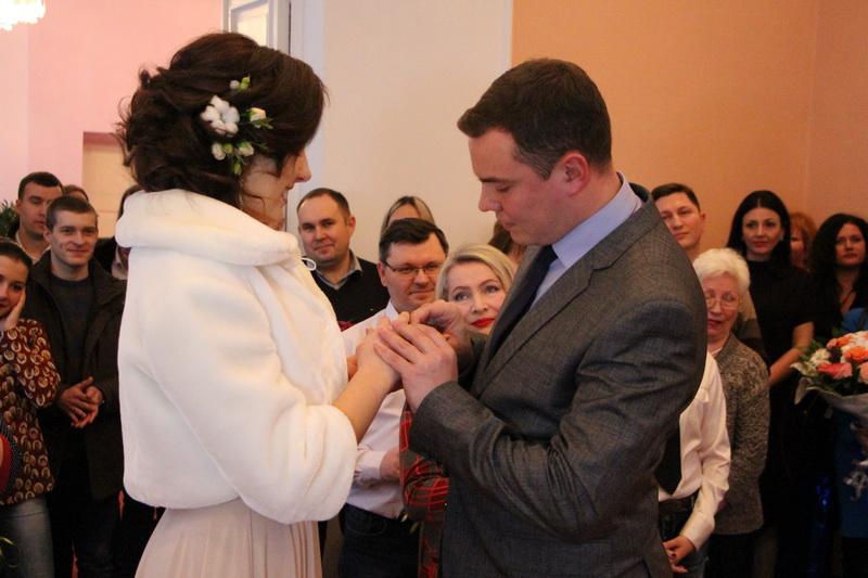 Молодята В'ячеслав Шкляр та Вікторія Галан
