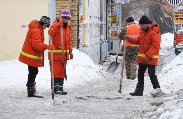 Робітники «УМБ-23» прибирають тротуар від льоду
