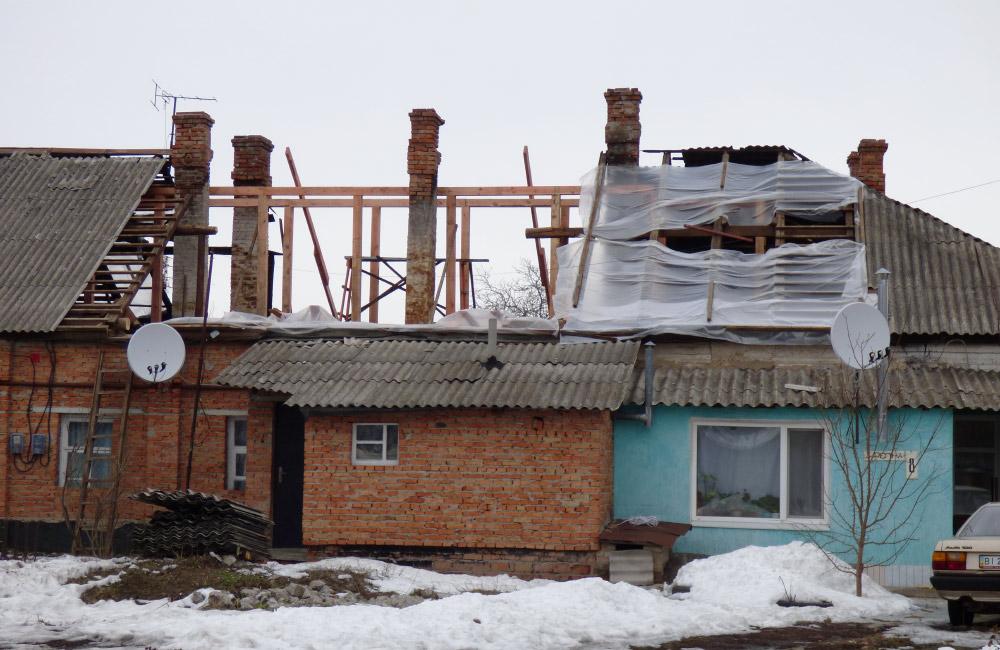 На даху будинку вже встановлені нові балки