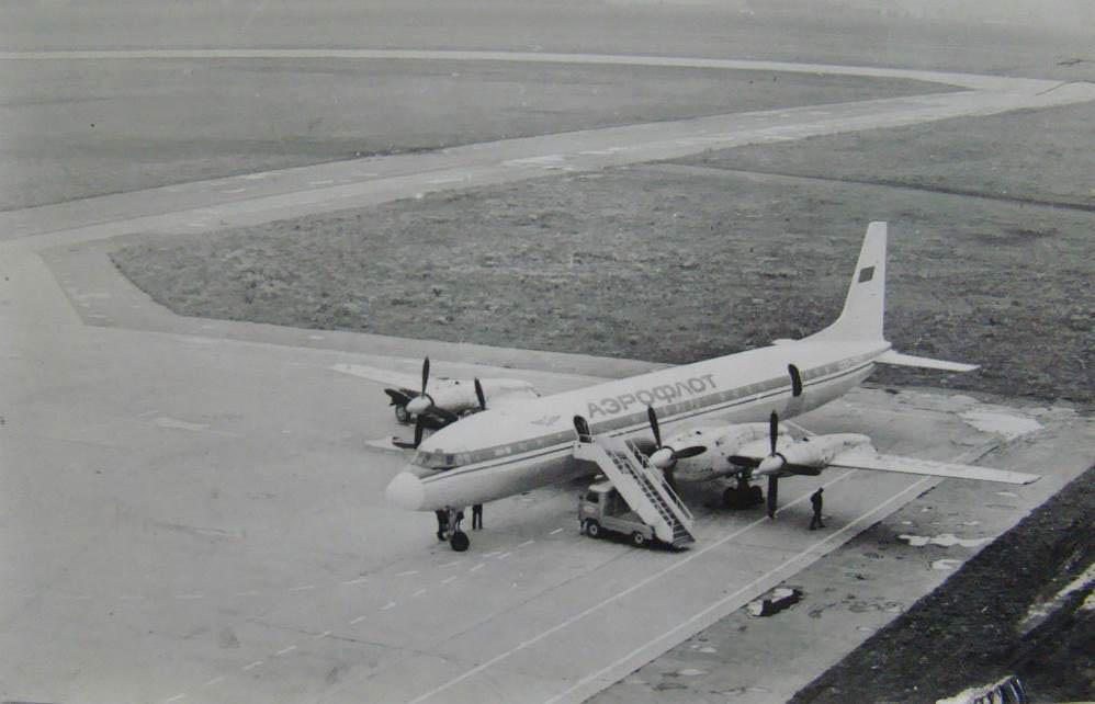 На пероні аеродрому Полтави Іл-18 — флагман «Аерофлоту» (1976 рік) | Фото з архіву М.В. Моргуна