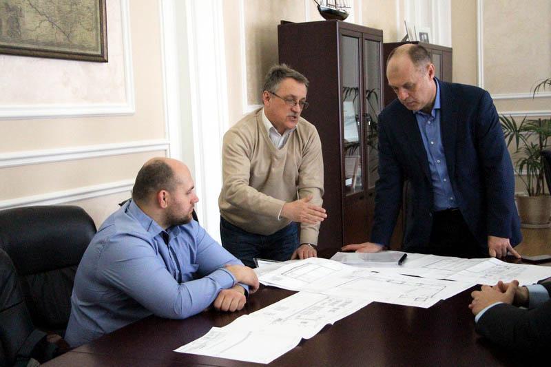 Начальник управління капітального будівництва Володимир Годня демонструє проектно-кошторисну документацію