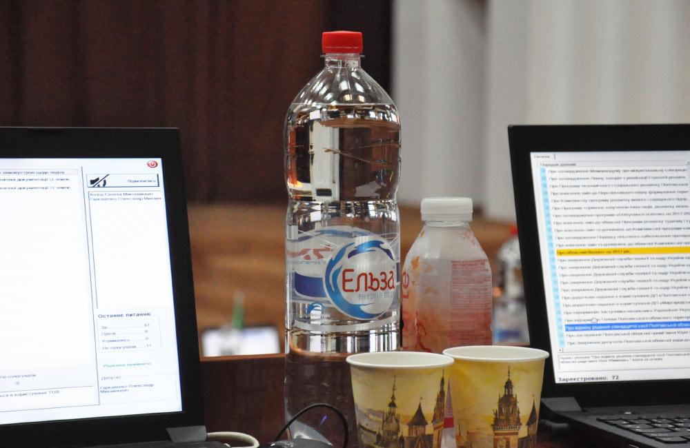 Вода «Ельза» виробництва ТОВ «СПІКО» у сесійній залі Полтавської облради