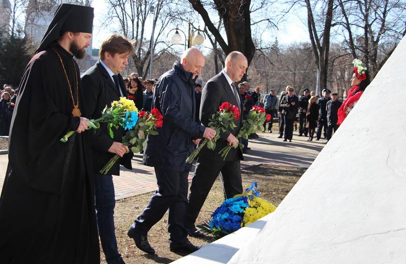 Олександр Біленький, Валерій Головко, Олександр Мамай покладають квіти до пам'ятника Шевченку