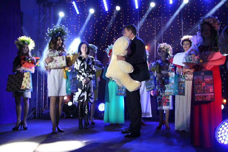 Генеральний директор ТОВ «ІРТ-Полтава» Ігор Кужик вітає конкурсанток