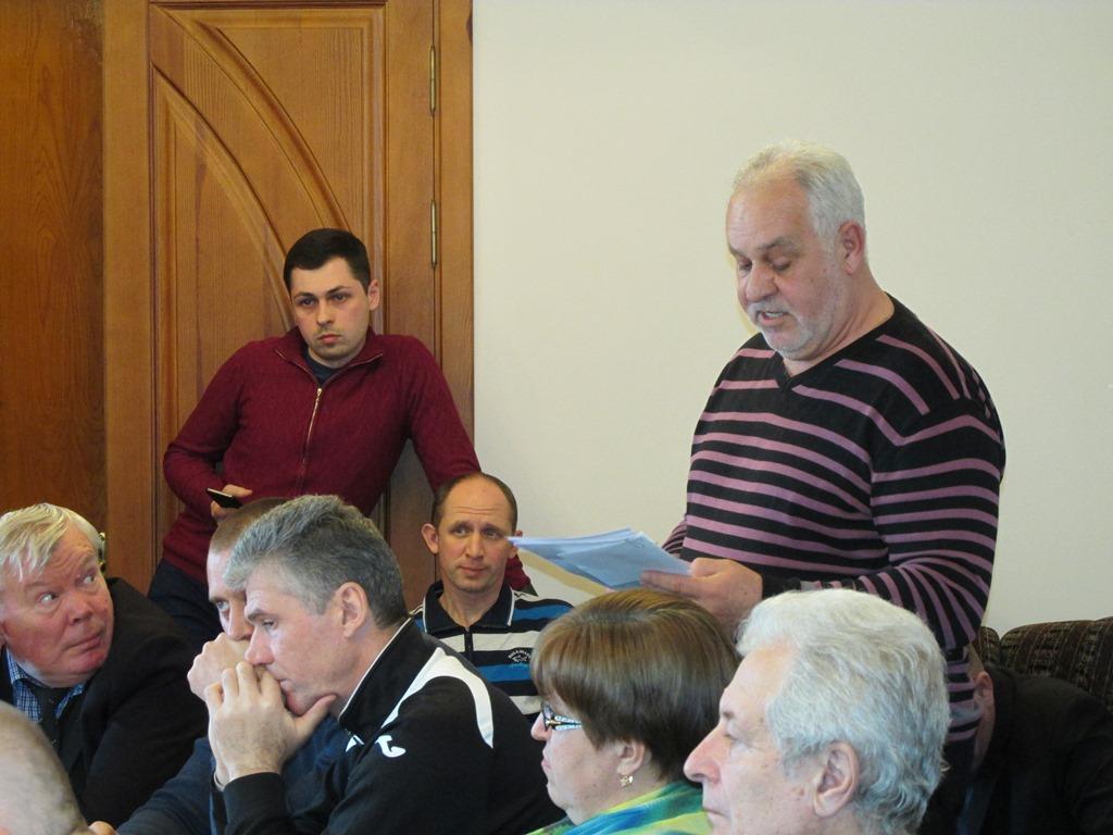 Кандидат на голову ради Володимир Дащенко читає звернення
