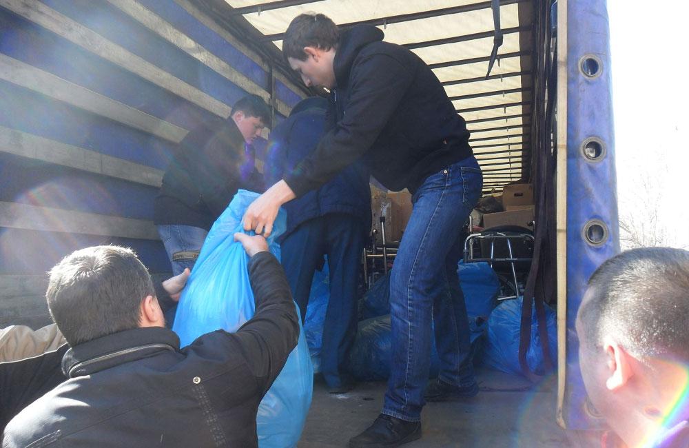 Процес розвантаження гуманітарної допомоги