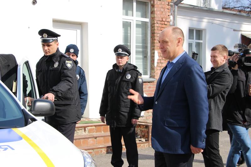 Міський голова Олександр Мамай оглядає нові авто